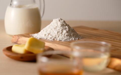小麦粉、牛乳、蜂蜜、いちじく等の食パンの材料