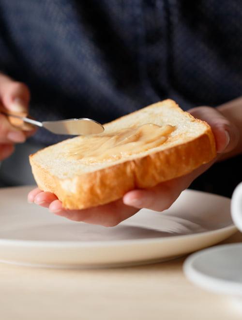 トーストにジャムを塗る様子